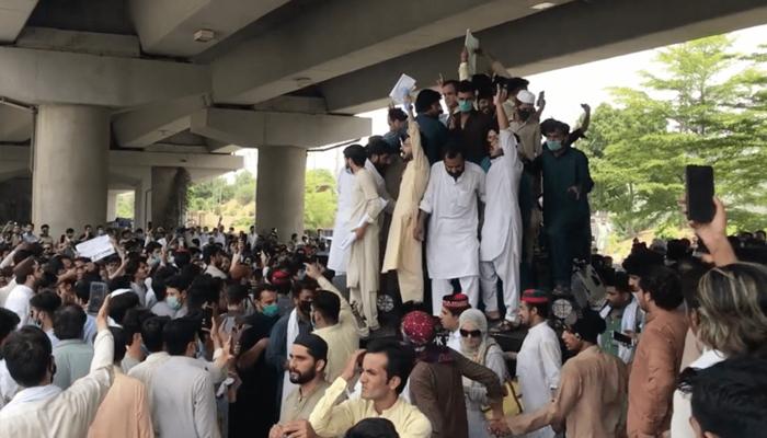 پشاور: پولیس تشدد کیخلاف احتجاج، اسمبلی عمارت پر پتھراؤ