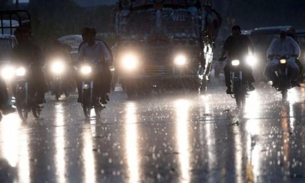 کراچی کے مختلف علاقوں میں بوندا باندی