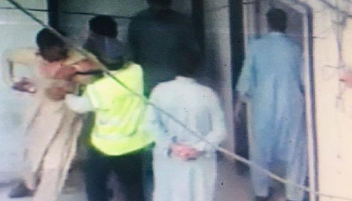 کراچی، گلبرک کے علاقے میں سادہ لباس نقاب پوش اہلکاروں کا چھاپا