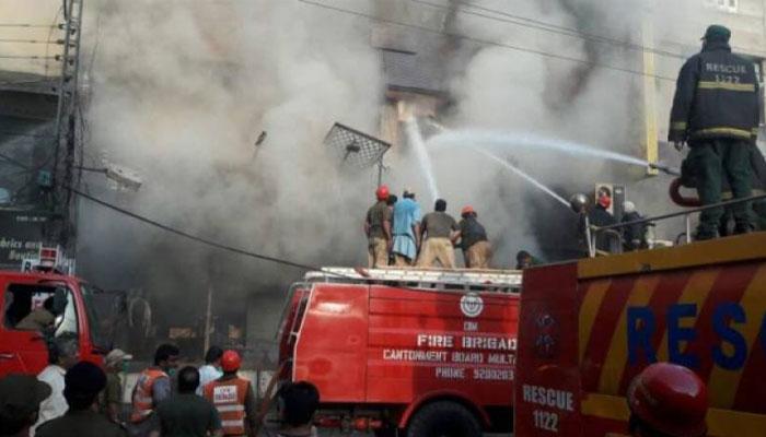 کراچی، کلفٹن دو تلوار کے قریب سُپر اسٹور میں لگنے والی آگ پر قابو لیا گیا
