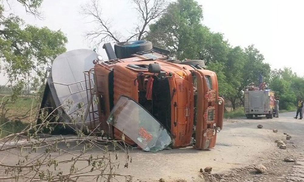 ٹوبہ ٹیک سنگھ میں آئل ٹینکر الٹ گیا، ڈرائیور جاں بحق