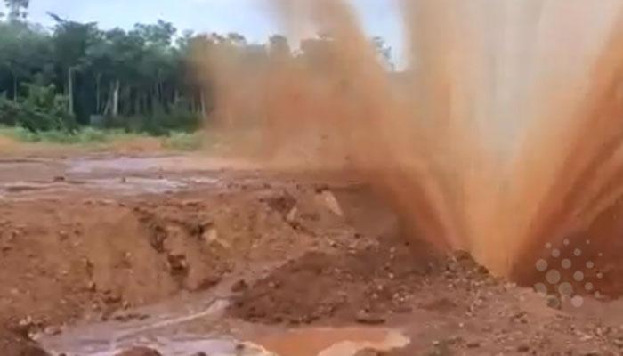 بھارت: زیر زمین پانی کی لائن پھٹنے سے سڑک پربلند فوارہ پھوٹ پڑا