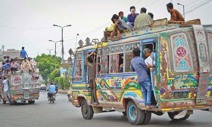 کراچی میں شہریوں کا پبلک ٹرانسپورٹ میں سفر کرنا خطرے سے خالی نہیں