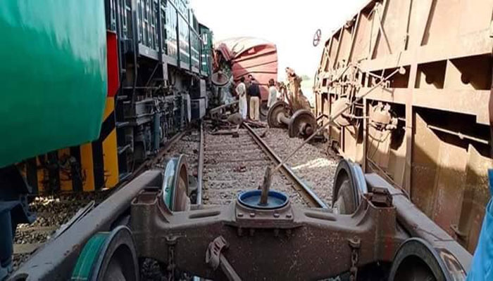 شالیمار ایکسپریس جھیٹہ بھٹہ اسٹیشن پر مال گاڑی سے ٹکراگئی