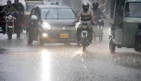 کراچی میں تیز ہواؤں کے ساتھ بارش
