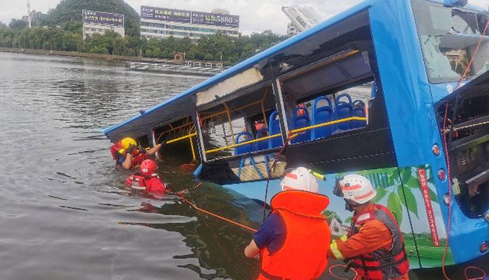 چین: جھیل میں بس گرنے سے 21افراد ہلاک، 15 زخمی