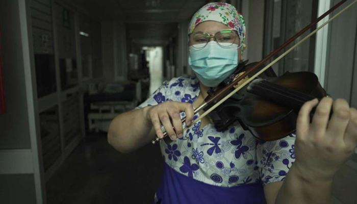 چلی: کورونا سے مریضوں کا علاج کرتی نرس کی وائلن پرفارمنس