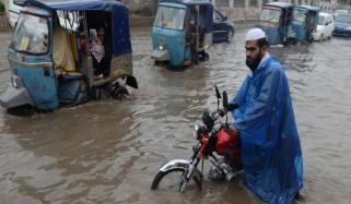 پشاور: بارش کے بعد سڑکیں جھیل بن گئیں