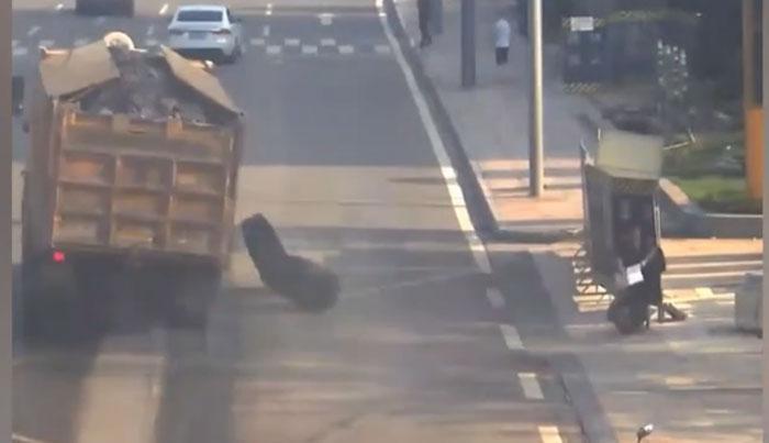 چین: ٹرک سے نکلنے والے بے قابو ٹائر نے راہگیر خاتون زخمی کردیا