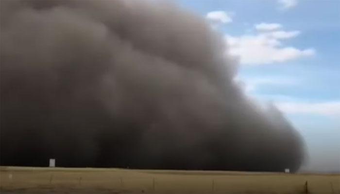 انر منگولیا میں مٹی کا طوفان اُمڈ آیا، لوگ خوفزدہ