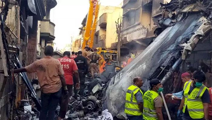 کراچی طیارہ حادثہ: لواحقین کو فی مسافر ایک کروڑ روپےادا کیے جائیں گے