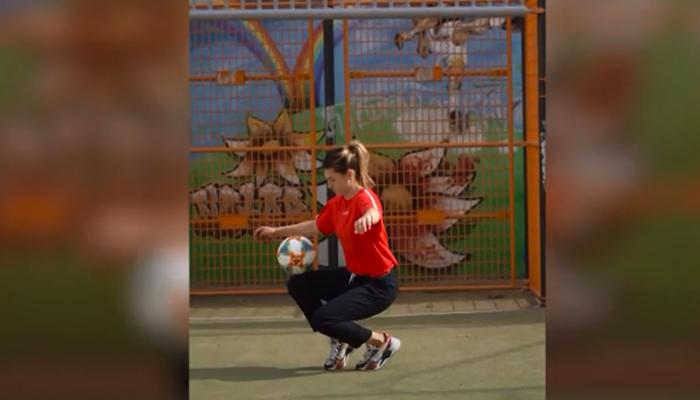 فرانسیسی لڑکی کا فٹ بال سے کرتب بازی کا شاندار مظاہرہ