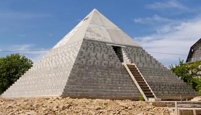 روسی جوڑے نے اپنے گھر میں لٹل اہرام مصر بنا ڈالے