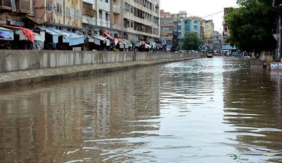کراچی میں بارش، گلیاں تالاب، سڑکیں دریا