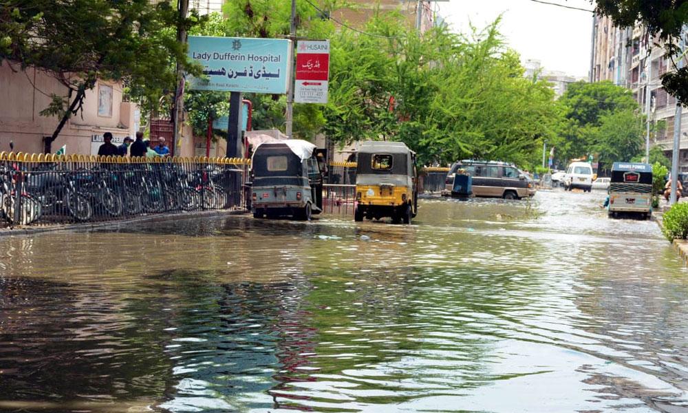 کراچی: مختلف علاقوں میں تاحال پانی جمع، حادثات میں 9 جاں بحق