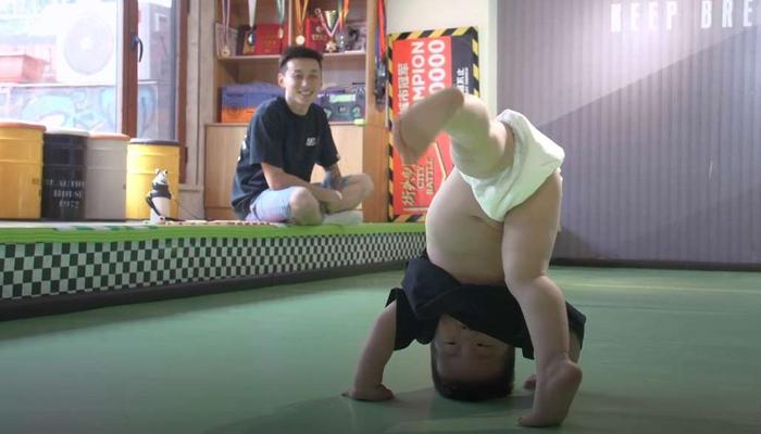 22 ماہ کا چینی بچہ بریک ڈانس اسٹار بن گیا