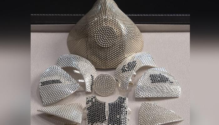 تین ہزار 607 قدرتی سفید اور سیاہ ہیروں اور سونے سے بنا ماسک