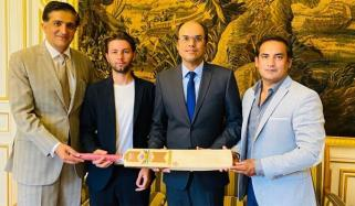 پاکستانی فرانسیسی کمپنی نے کرکٹ بیٹ برانڈ لانچ کردیا
