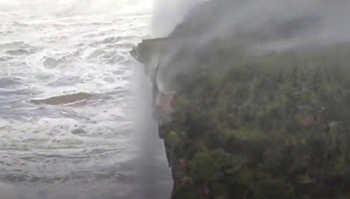 اْلٹی گنگا بہنے کا محاورہ ہوا پرانا، اْلٹی آبشاریں بہنے لگیں!