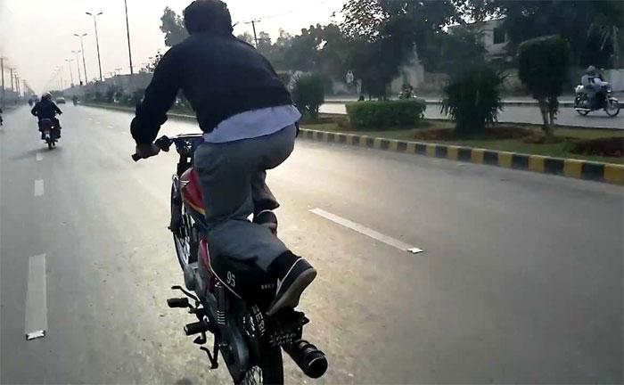 فیصل آباد : ون ویلنگ پر موٹر سائیکلیںبند کردی گئیں