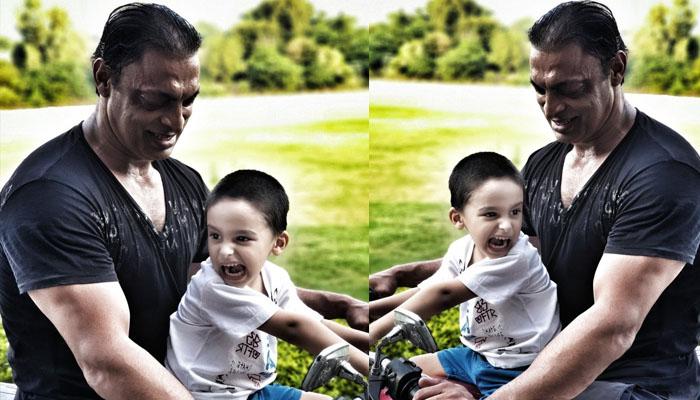 شعیب اختر کی بیٹے کیساتھ موٹرسائیکل پر بیٹھے تصویر وائرل
