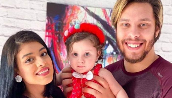 یوٹیوبر جوڑی ڈراؤنی شکل بناکر بیٹی کو ڈرانے کے باعث مشکل میں