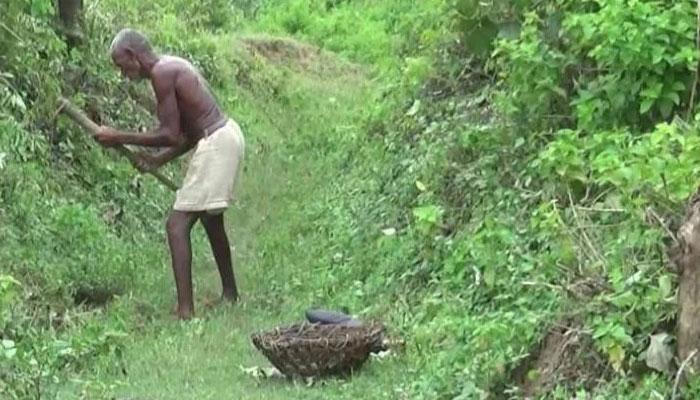 گاؤں کو پانی پہنچانے کیلئے ایک شخص 30 سال سے کینال کھودنے میں مصروف