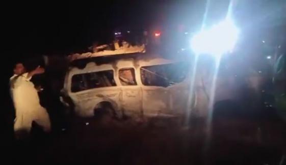 کراچی: وین میں آتشزدگی، 13مسافر جاں بحق