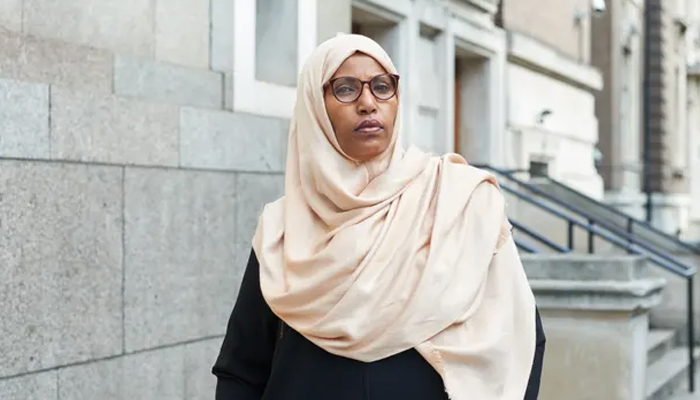 برطانیہ کی پہلی باحجاب میئر کا 'امتیازی سلوک' پر استعفیٰ