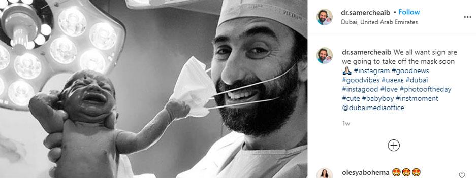 نوزائیدہ بچے کی ڈاکٹر کے چہرے سے ماسک ہٹانے کی کوشش