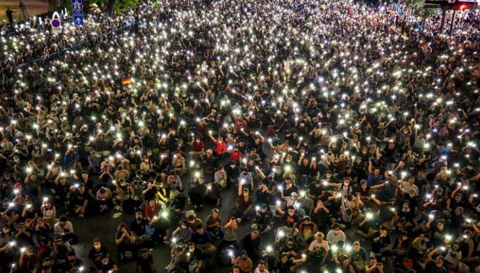 تھائی لینڈ: پابندی کے باوجود ہزاروں افراد حکومت کے خلاف سڑکوں پر نکل آئے