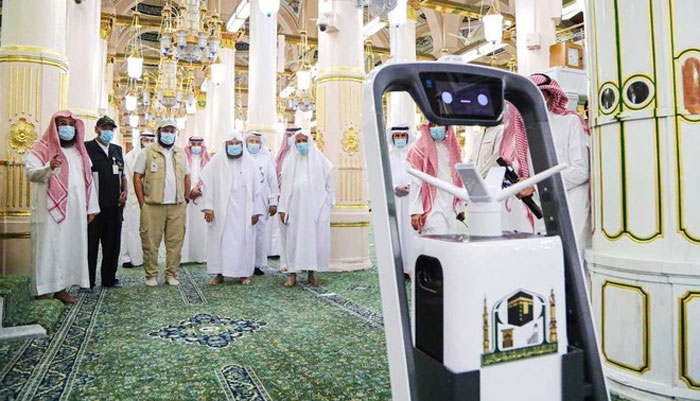 مسجد نبوی میں  سینیٹائزنگ کے لیے روبوٹ کا استعمال شروع