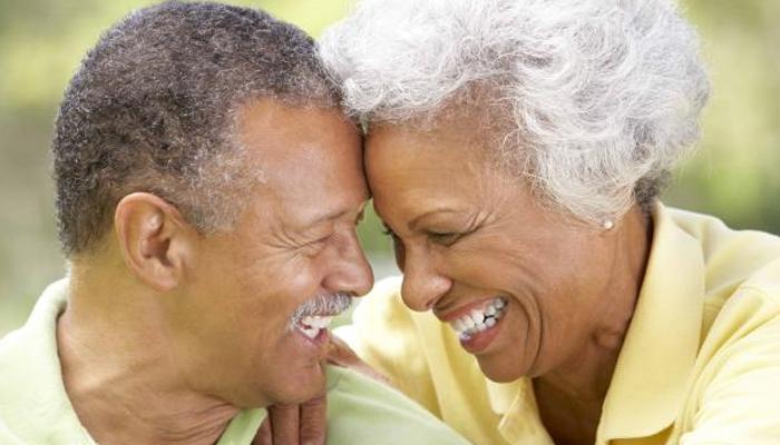 پرانے شادی شدہ جوڑوں کی شکلیں کیوں ملنے لگتی ہیں؟