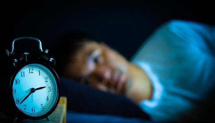 رات کو اپنے مقررہ وقت سے 2 گھنٹے دیر سے سونے پر صحت خراب ہونے کا خدشہ