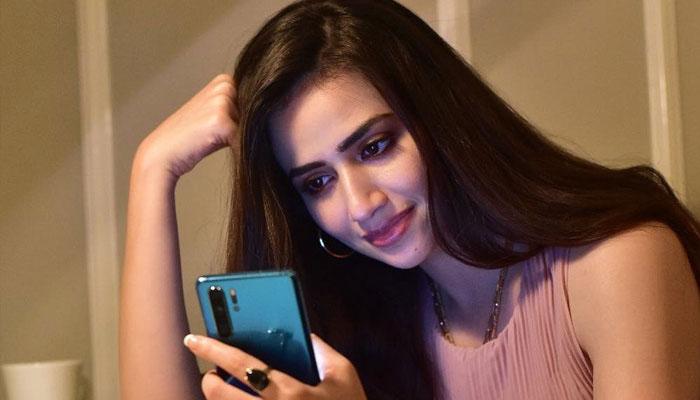میرے نام سے منسوب جعلی ٹوئٹر اکاؤنٹ کو رپورٹ کریں، ثنا جاوید