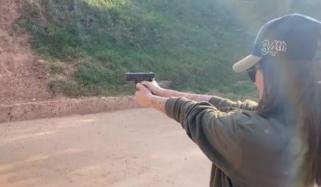 ثناء جاوید نے بندوق چلانا سیکھ لی