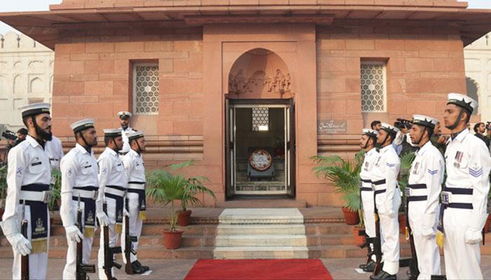 کور کمانڈر لاہور لیفٹنٹ جنرل ماجد احسان کی مزار اقبال پرحاضری