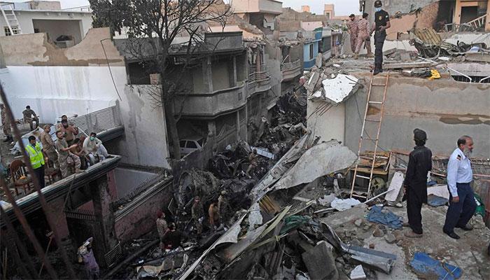 طیارہ حادثے میں جاں بحق افراد کے لواحقین سے سی ای او پی آئی اے کی ملاقات