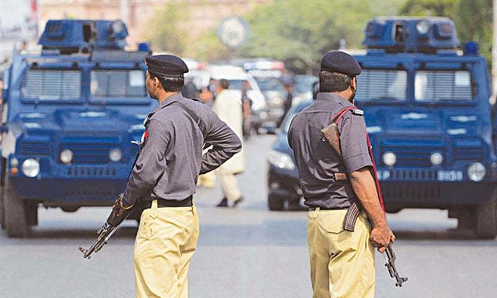 کراچی: کورٹ سے فرار ملزم کی گرفتاری کیلئے چھاپے