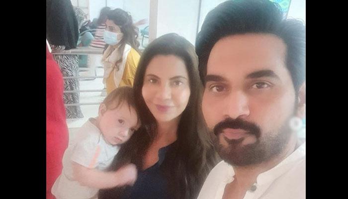 ہمایوں سعید اور اہلیہ کی شاہد آفریدی کی بیٹی کیساتھ تصویر مقبول