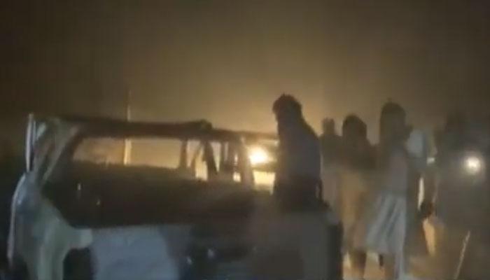 خیرپور:جلی ہوئی ڈبل کیبن سےلاش برآمد