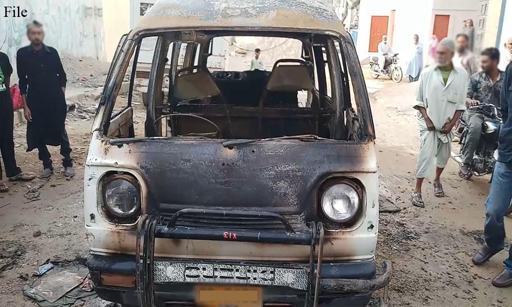 کراچی: پک اپ میں آتشزدگی، 2 سالہ بچہ جاں بحق، باپ زخمی