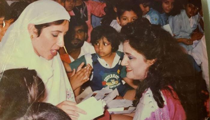 1989، بشریٰ انصاری محترمہ بینظیر بھٹو کے ہمراہ