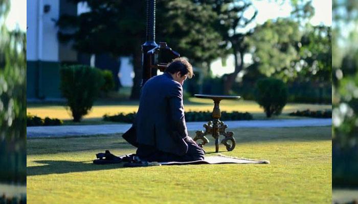 عمران خان کی نماز پڑھتے تصویر مقبول