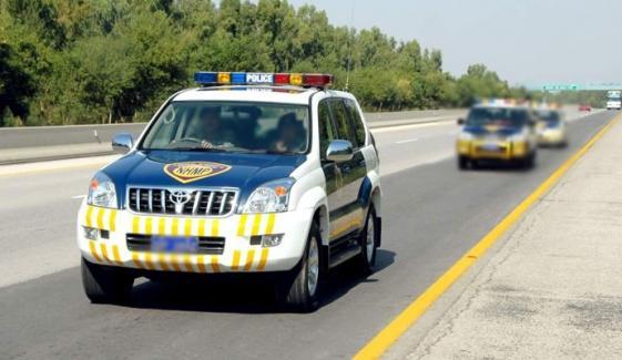 موٹروے پولیس نے بس میں رہ جانے والی بچی کو خاندان سے ملوا دیا