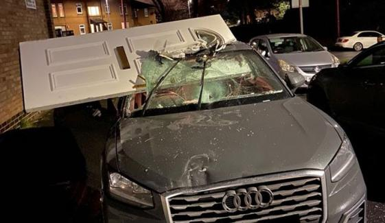 اس لگژری گاڑی پر یہ دروازہ پہنچا کیسے؟
