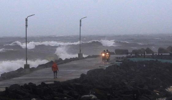 بھارت، سمندری طوفان 'نیوار' دو ریاستوں سے ٹکرا گیا