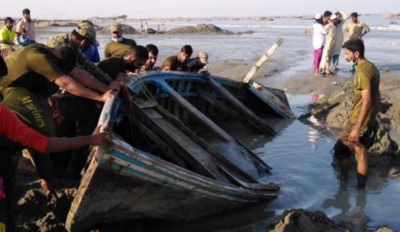 پاک بحریہ کی اورماڑہ ساحل پر پھنسی کشتیوں کیلئے امداد