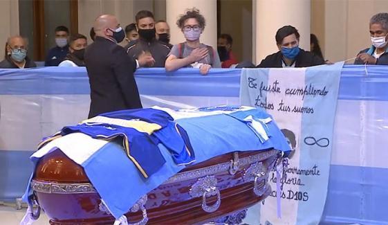 لیجنڈ فٹبالر ڈیاگو میراڈونا کے آخری دیدار کےلیے مداحوں کا رش