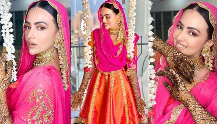 ثناء خان نے اپنی مہندی کے گہرے رنگ کی وجہ بتادی